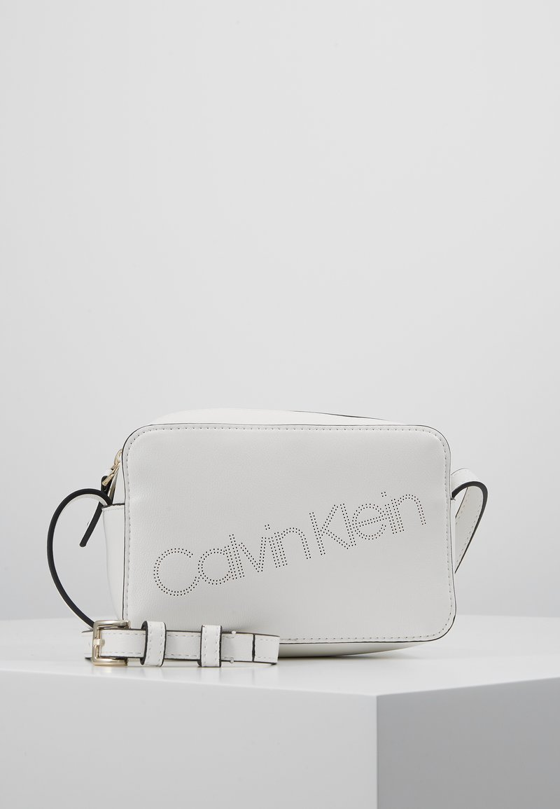 Calvin Klein - MUST CAMERABAG - Sac bandoulière - white