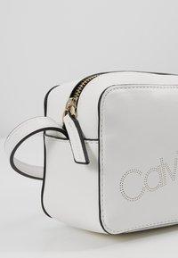 Calvin Klein - MUST CAMERABAG - Sac bandoulière - white - 6