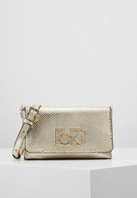 Calvin Klein - SIGNATURE FLAP XBODY - Skulderveske - gold - 0