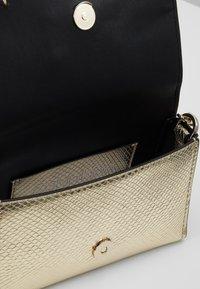 Calvin Klein - SIGNATURE FLAP XBODY - Skulderveske - gold - 4