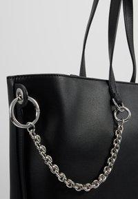 Calvin Klein - CHAINED  - Handtasche - black - 6