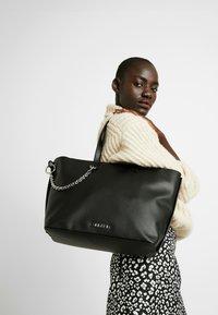 Calvin Klein - CHAINED  - Handtasche - black - 1