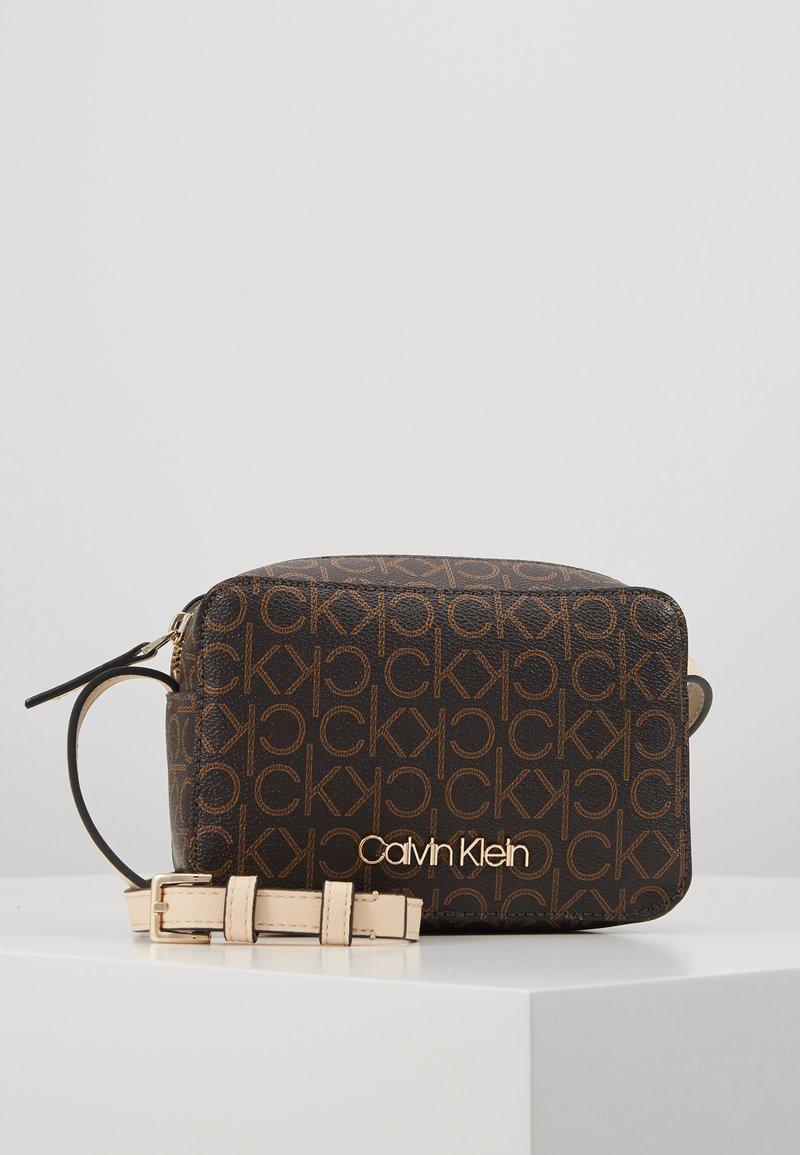 Calvin Klein - MONO CAMERABAG - Taška spříčným popruhem - brown