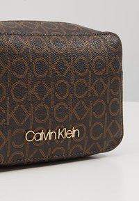 Calvin Klein - MONO CAMERABAG - Sac bandoulière - brown - 6