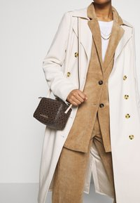 Calvin Klein - MONO CAMERABAG - Taška spříčným popruhem - brown - 1