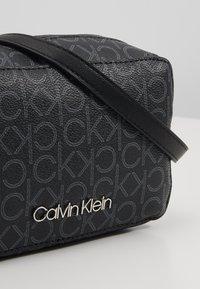Calvin Klein - MONO CAMERABAG - Taška spříčným popruhem - black - 6