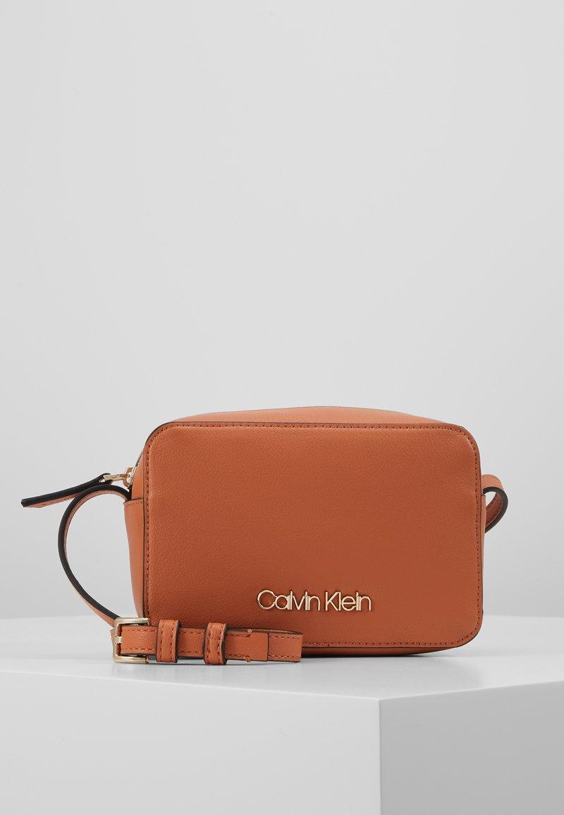 Calvin Klein - MUST CAMERABAG - Sac bandoulière - brown