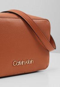 Calvin Klein - MUST CAMERABAG - Sac bandoulière - brown - 6
