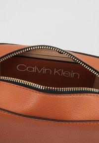 Calvin Klein - MUST CAMERABAG - Sac bandoulière - brown - 4