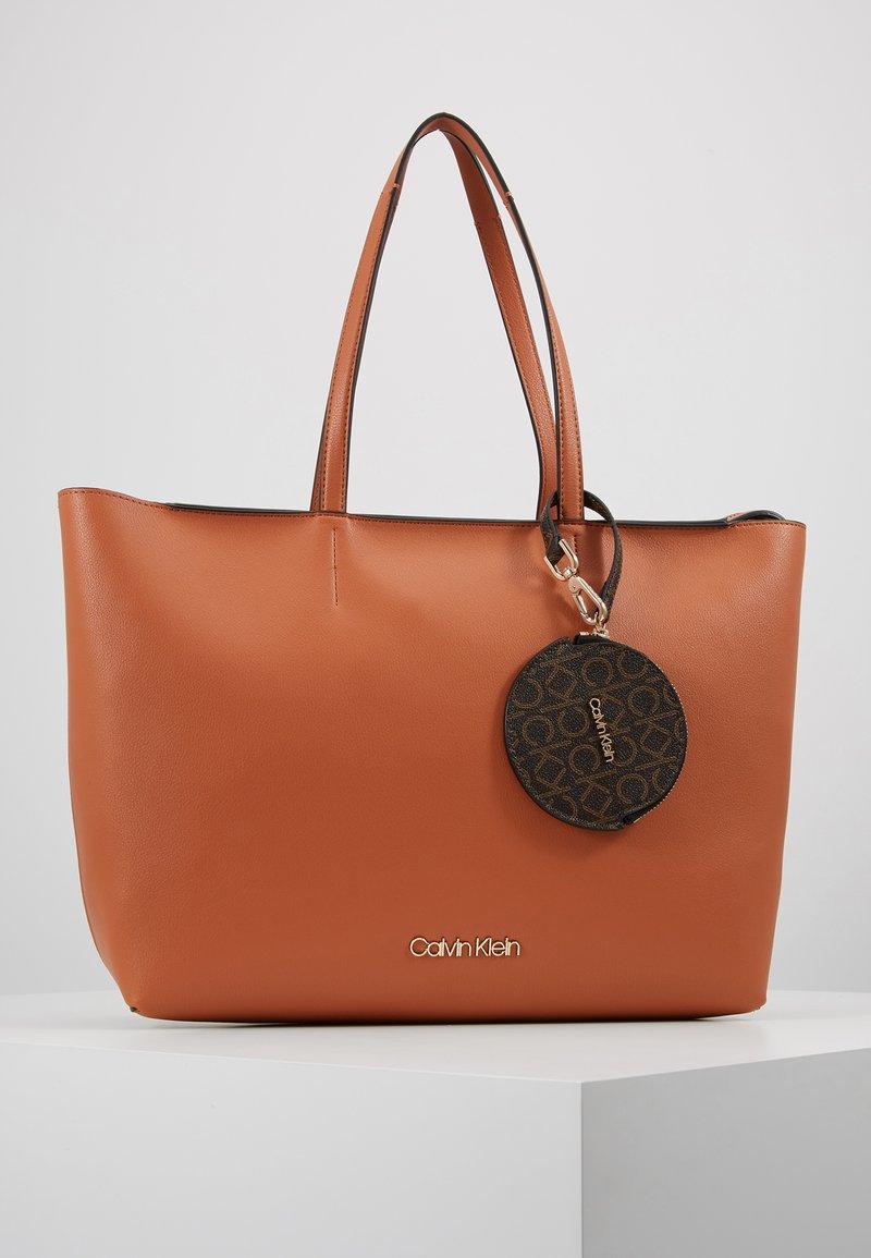 Calvin Klein - Handtasche - brown