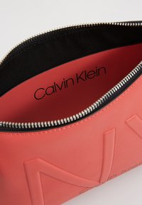 Calvin Klein - SHAPED CROSSBODY - Sac bandoulière - red - 4