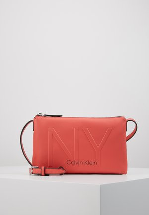 SHAPED CROSSBODY - Torba na ramię - red