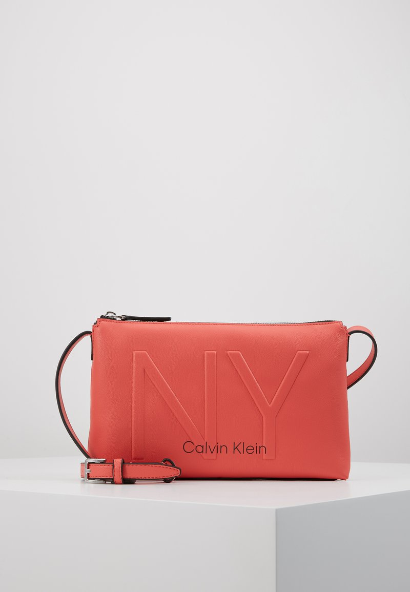 Calvin Klein - SHAPED CROSSBODY - Sac bandoulière - red