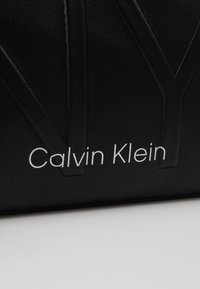 Calvin Klein - SHAPED CROSSBODY - Skulderveske - black