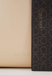 Calvin Klein - MONO  SET - Håndtasker - brown - 2