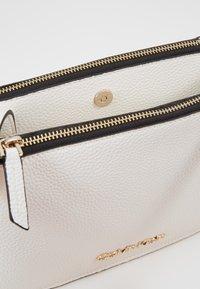 Calvin Klein - SIDED TRIO CROSSBODY - Bandolera - white - 4