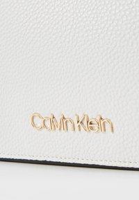 Calvin Klein - SIDED TRIO CROSSBODY - Bandolera - white - 2
