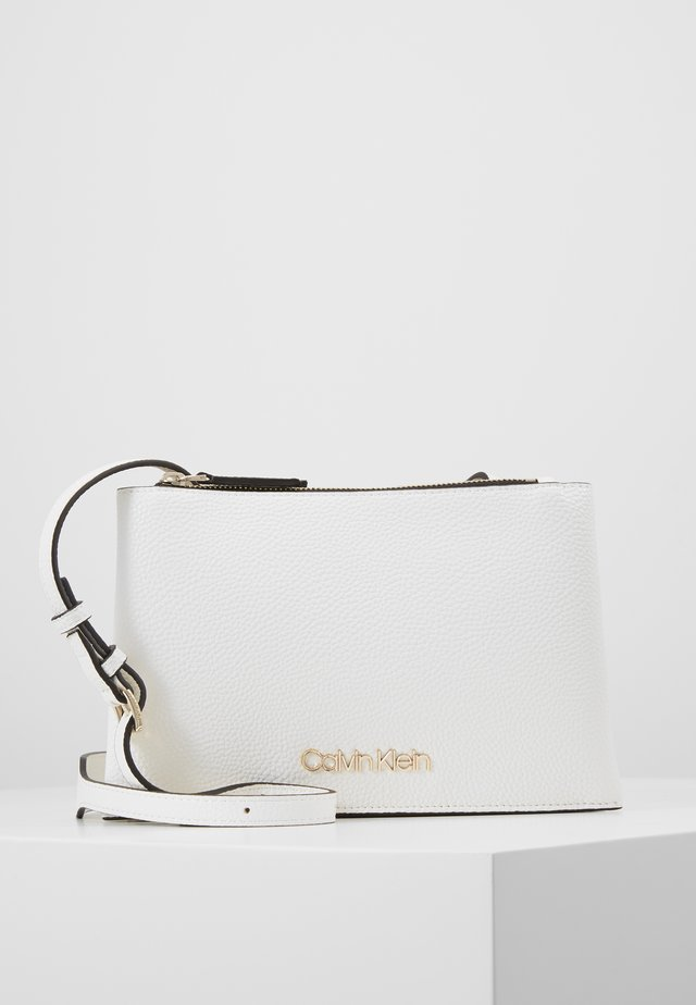 SIDED TRIO CROSSBODY - Axelremsväska - white