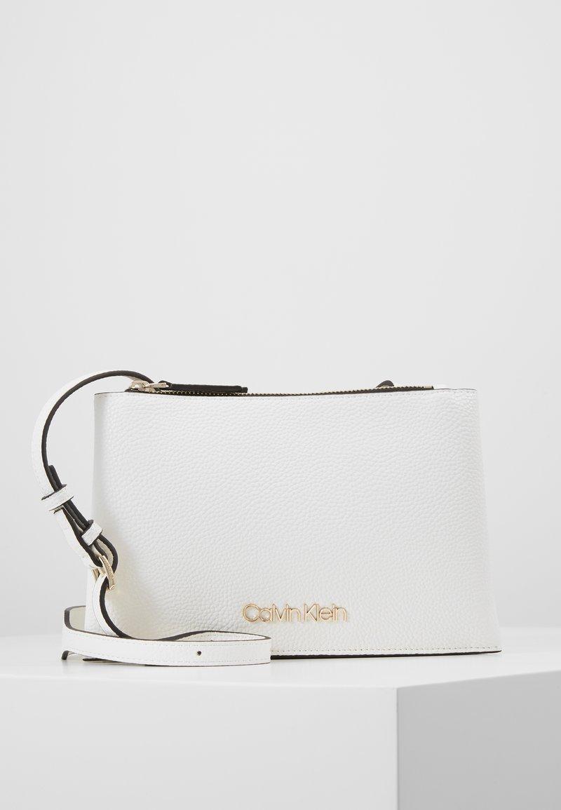 Calvin Klein - SIDED TRIO CROSSBODY - Bandolera - white