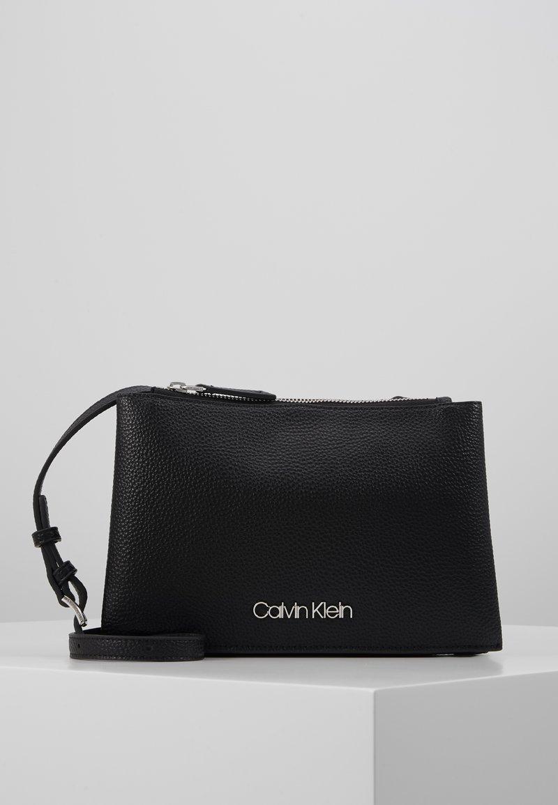 Calvin Klein - SIDED TRIO CROSSBODY - Axelremsväska - black