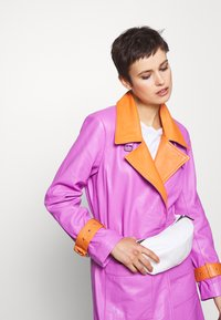 Calvin Klein - NY SHAPED WAISTBAG - Bum bag - white - 1