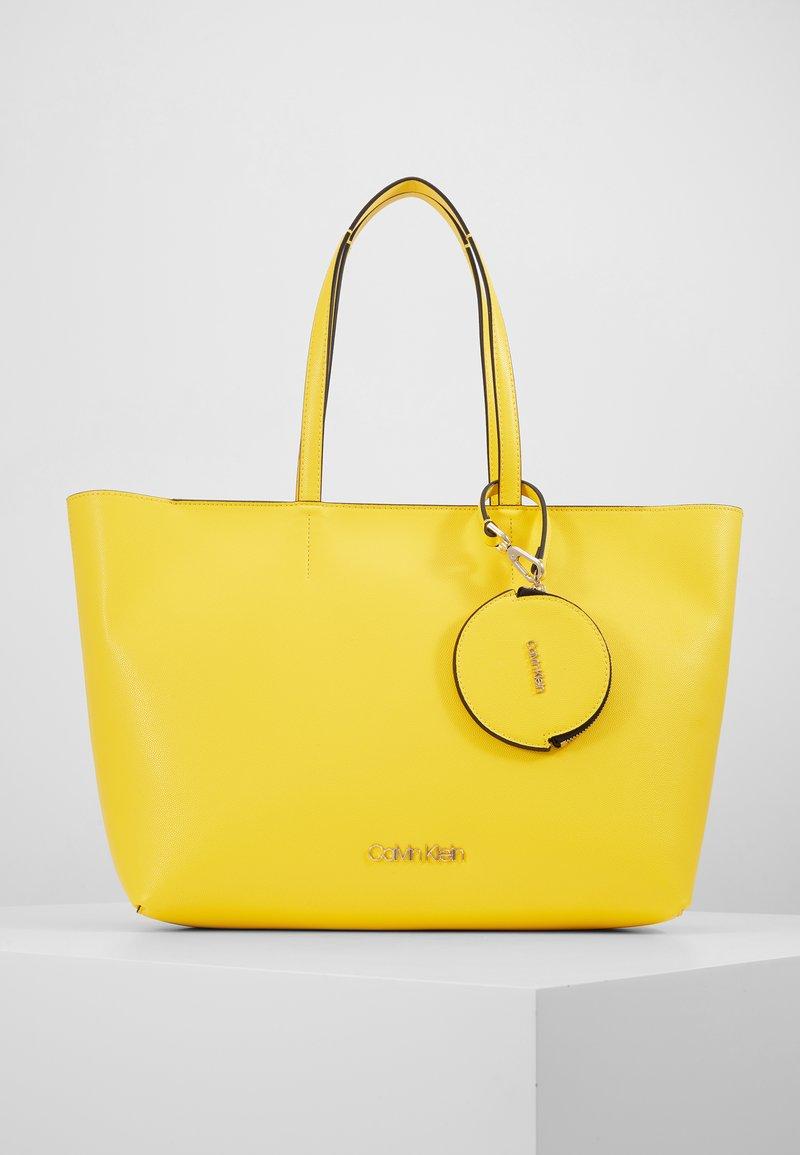 Calvin Klein - MUST SET - Bolso shopping - yellow