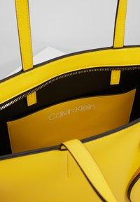 Calvin Klein - MUST SET - Bolso shopping - yellow - 4