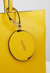 Calvin Klein - MUST SET - Bolso shopping - yellow - 2