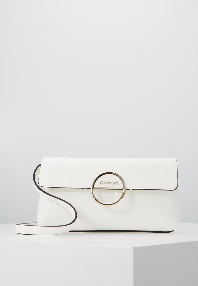 HOOP CLUTCH - Pochette - white