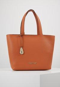 Calvin Klein - NEAT - Handtas - brown - 0