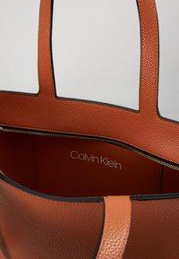 Calvin Klein - NEAT - Handtas - brown - 4