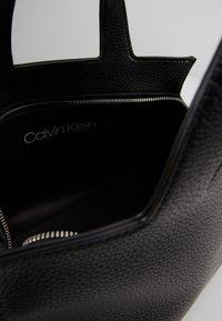 Calvin Klein - NEAT TOTE - Håndveske - black - 5