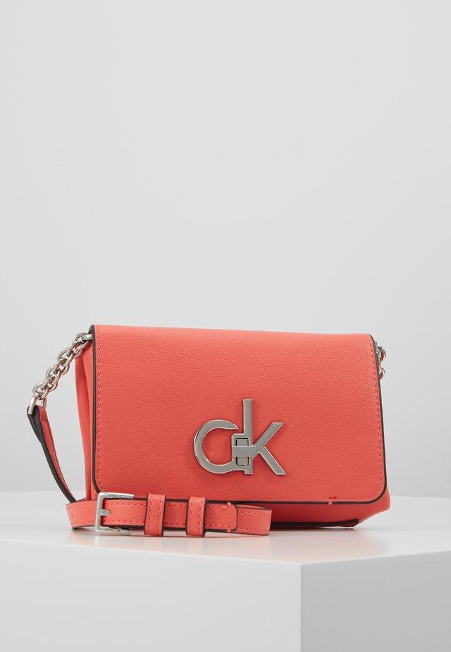 RE-LOCK FLAP CROSSBODY  - Across body bag - red