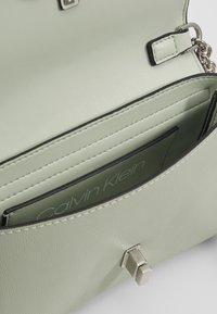 Calvin Klein - RE-LOCK FLAP CROSSBODY  - Skuldertasker - green - 5