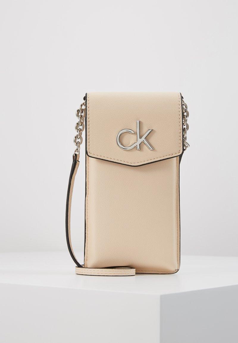 Calvin Klein - RE LOCK PHONE POUCH - Taška spříčným popruhem - pink