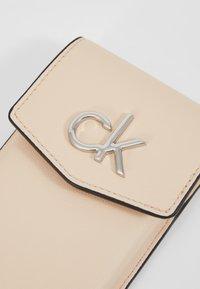 Calvin Klein - RE LOCK PHONE POUCH - Taška spříčným popruhem - pink - 2