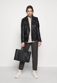 Calvin Klein - SIDED TOTE - Håndveske - black - 1
