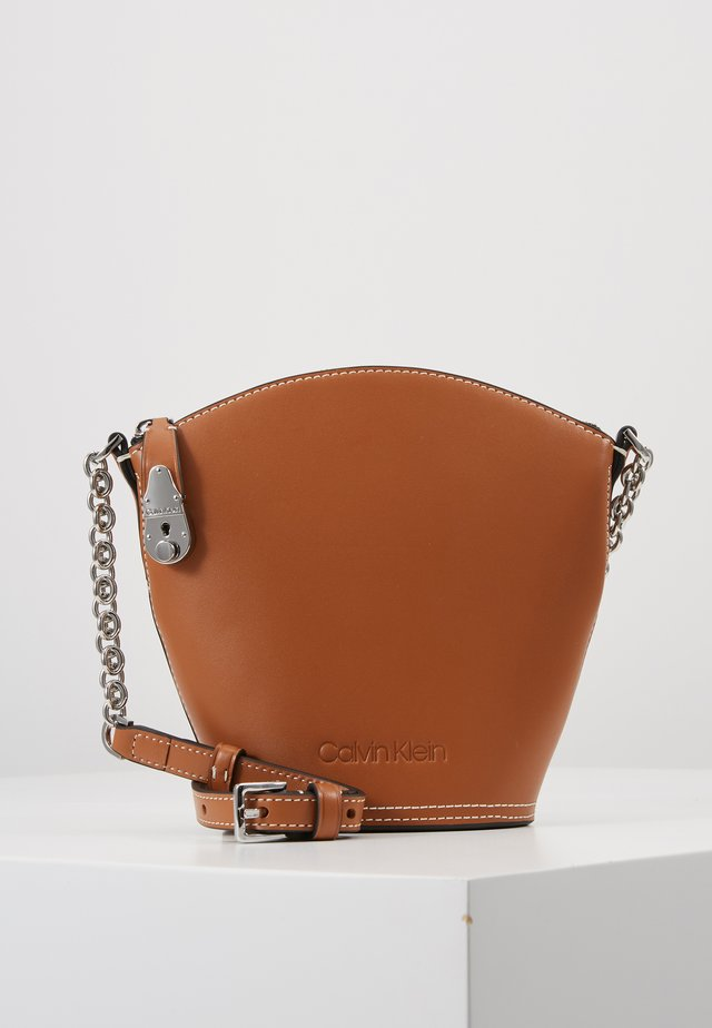 LOCK DOMED CROSSBODY - Umhängetasche - brown