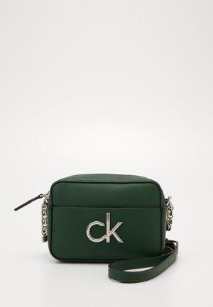RE LOCK CAMERA BAG - Across body bag - green