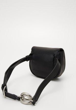 CHAIN BELT BAG - Ledvinka - black