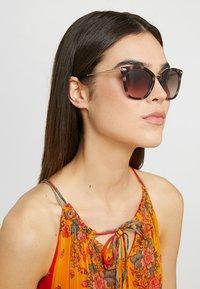 Calvin Klein - Sluneční brýle - rose/havana - 1