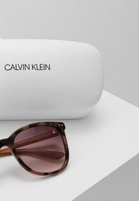 Calvin Klein - Sluneční brýle - taupe - 2