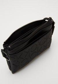 Calvin Klein - MONO BLEND ZIPPED POUCH - Peněženka - black - 4