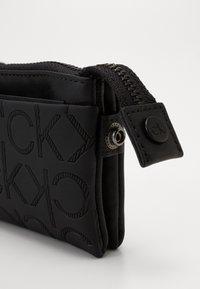 Calvin Klein - MONO BLEND ZIPPED POUCH - Peněženka - black - 2