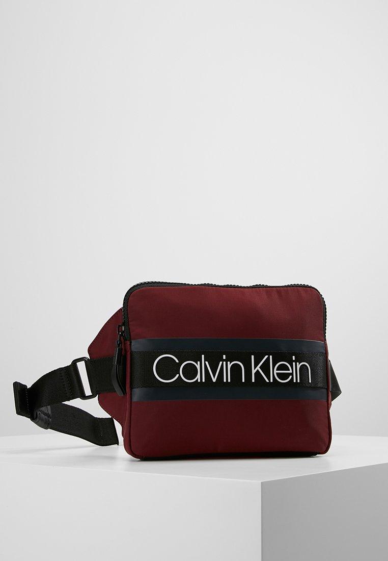 Calvin Klein - CLASH IPAD SLING - Sac banane - brown