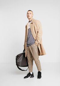 Calvin Klein - MONO WEEKENDER - Taška na víkend - brown - 1