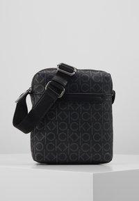 Calvin Klein - MONO MINI REPORTER - Bandolera - black - 0