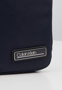 Calvin Klein - PRIMARY MINI FLAT CROSSOVER - Skulderveske - blue - 5