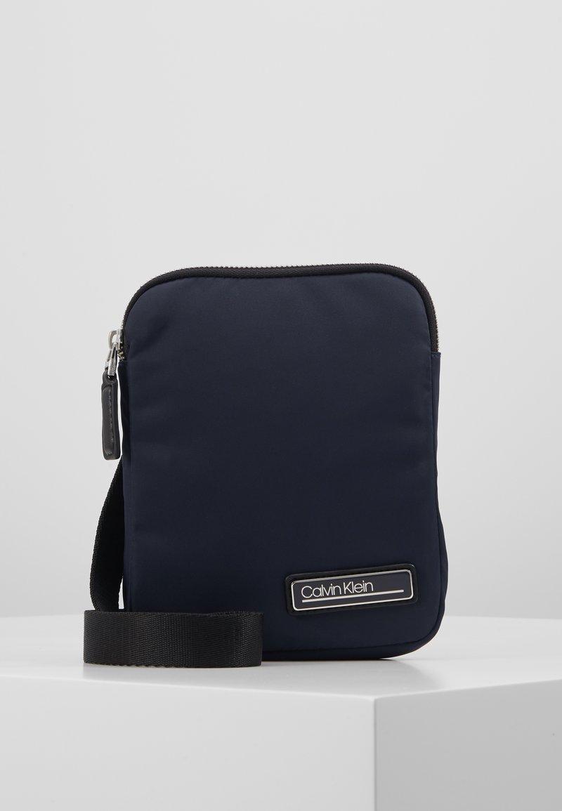 Calvin Klein - PRIMARY MINI FLAT CROSSOVER - Skulderveske - blue