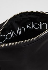 Calvin Klein - PRIMARY MINI FLAT CROSSOVER - Sac bandoulière - black - 4